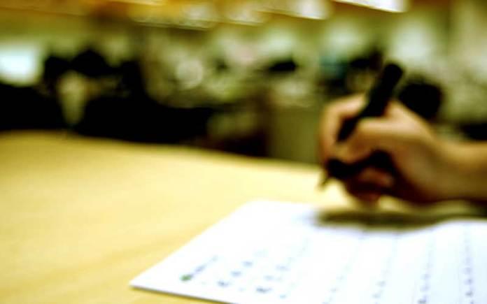 平时在意与否往往直接显出学习行为习惯的差异。老师在意,要求严格规范,学生自然不敢怠慢,循规蹈矩磨练硬功,写出的文字工整雅致,标点符号明确规范,阅卷老师展阅,要能让他眼前一亮,心中一爽,印象自然升温,就不会亏待你。