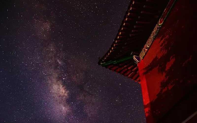 摩羯座,阴性的土象星座。审慎,沉静,机巧善思,最具透过表象看本质的天赋。